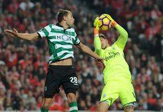 Benfica marcou um golo no primeiro tempo e outro logo a abrir a segunda parte. Sporting deu luta mas o guardião benfiquista brilhou