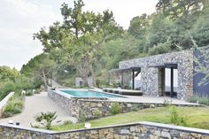 La Villa N est un bâtiment résidentiel unifamilial situé dans les collines surplombant le golfe d'Imperia, en Italie. La villa au toit plat et végétalisé e