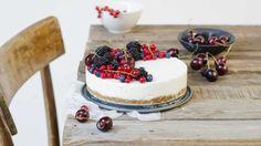 La cheesecake light allo yogurt è un dolce goloso ma, a differenza della normale cheesecake fredda, è un dessert adatto a chi vuole tenere sotto controllol'assunzione di grassi e calorie. Si prepara velocemente e non prevede cottura, ma necessita di un riposo di qualche ora in frigo.  Utilizzate uno stampo con fondo amovibile di circa 20 cm di diametro oppure foderate la cheesecake con della carta forno. Guarnite la cheesecake con la frutta che volete oppure, per renderla ancora più...