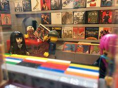 レコードショップをLEGOサイズでミニチュア再現、細部まで作り込まれたLEGOレコードショップが話題に - amass