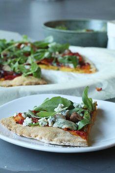 Pompoenpizza met blauwe kaas, honing en rucola, Gezonde pizzabodems, Glutenvrije pizzabodem maken, Glutenvrije foodblogs, Beaufood recepten, Gezonde pizza recepten, Vegetarische pizza recepten, Glutenvrij zelfrijzend bakmeel pizza, pumpkin pizza, healthy pizza, glutenfree pizza, healthy dinner recipes