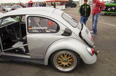 Little Bomb!! Heute dürfen wir euch ein total cooles Fahrzeug vorstellen. Wir haben ihn auf dem VW Blasen in der Saison 2014 getroffen und waren schon nach kurzem betrachten ein Fan von diesem...