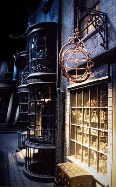 Diagon Alley - Harry Potter Contrast of light and dark: a magical place. Harry Potter Love, Harry Potter Books, Harry Potter Universal, Harry Potter World, No Muggles, Diagon Alley, Universal Studios, Ravenclaw, Hogwarts