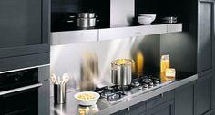 Une astuce déco design consiste à utiliser la crédence pour augmenter la profondeur d'une petite cuisine.