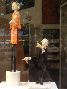 Германия. Так оформлена витрина бутика часов Chanel.