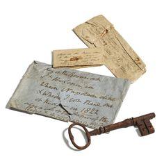 A chave do quarto onde Napoleão morreu em 1821 está em leilão com lote até esta quinta-feira (14). O item foi encontrado na Escócia, perto da cidade de Edimburgo, para onde foi levada por um soldado. O imperador francês foi mantido como prisioneiro dos britânicos na ilha de Santa Helena, no Atlântico Sul entre América do Sul e África, após sua derrota em Waterloo.  A chave do quarto onde Napoleão morreu em 1821 e
