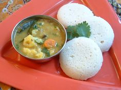 #Idli Sambhar: Chennai, The most favorite south Indian dish, common as breakfast item and served with combination of chutney and sambar. Sambhar which tastes so good with idlis and vadas is made with tamarind and pigeon peas. Idlis and vadas sambhar are the best food in the streets of Chennai, Tamil Nadu. #Street #Food #India #ekPlate #ekplateidli
