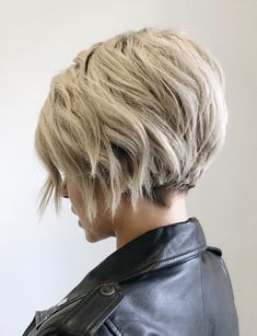 Trending Hairstyles 2019 - Short Layered Hairstyles - EveSteps - New Hair Styles Bob Haircuts For Women, Thin Hair Haircuts, Short Bob Haircuts, Short Hairstyles For Women, Fine Hairstyles, Hairstyles 2018, Edgy Haircuts, Pretty Hairstyles, Short Layered Hairstyles