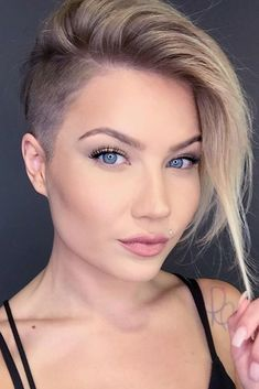 25 Kurze Undercut-Frisuren Thin Hair Cuts asymmetrical pixie cut for thin hair Asymmetrical Pixie Cuts, Long Pixie Cuts, Short Pixie, Undercut Styles, Short Hair Undercut, Undercut Women, Girl Undercut, Undercut Designs, Haircut Short