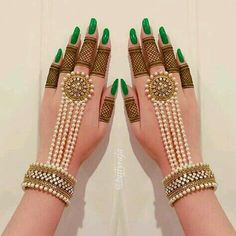 Not everyone is a fan of elaborate mehndi patterns. In this era of minimalism, it is very normal to have a liking to simple mehndi designs. Indian Jewelry Earrings, Indian Jewelry Sets, Fancy Jewellery, Indian Wedding Jewelry, Hand Jewelry, Bridal Jewelry, Jewellery Shops, Diamond Jewellery, Indian Bridal