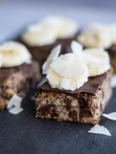 Healthy banana cake with chocolate and almonds. Healthy Baking, Healthy Desserts, Delicious Desserts, Yummy Food, Baking Recipes, Cake Recipes, Snack Recipes, Dessert Recipes, Healthy Banana Cakes