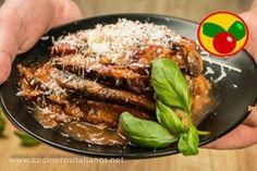 Berenjena, salsa de tomate, albahaca y queso son los protagonistas de esta exquisita receta italiana que te enseñan a preparar COCINEROS ITALIANOS.