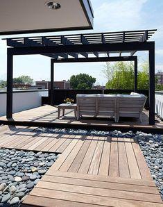 un joli cour avec meubles d'extérieur modernes