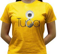 Camiseta estampada com a imagem de uma Tuba como o b da palavra.
