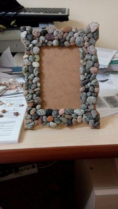 Taş çerçeve kendim yaptım Mirror Crafts, Diy Mirror, Diy Home Crafts, Arts And Crafts, River Rock Crafts, Beach Rocks, Craft Sale, Pebble Art, Stone Art