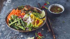 Nudelsalat med «vietnamesiske» kjøttboller og chili- og limedressing Noodle Salad, Frisk, Tapas, Food To Make, Chili, Spicy, Food Photography, Eat, Ethnic Recipes