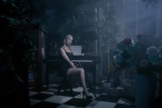 Een nieuwe opname in de Cinestylereeks.  Hierin een Femme Fatale die haar slachtoffer opwacht, hier het moment van contact. Zittend in het donker, slechts het licht van buiten dat naar binnen valt. Om daarbij nog af en toe wat noten op de piano te spelen tot het moment daar is.