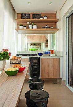 Apartamento pequeno com ambientes integrados e decoração neutra   Minha Casa Kitchen Cart, Kitchen Cabinets, Porche, Balcony Design, Future House, Decoration, Liquor Cabinet, Beach House, Indoor Outdoor