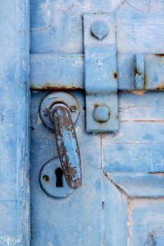 Inspire Bohemia: Decorative Door Hardware: Handles, Knobs, Knockers, Keyholes, Hinges and more! Door Knobs And Knockers, Knobs And Handles, Door Handles, Old Doors, Windows And Doors, Photo Bleu, Door Detail, Love Blue, Periwinkle Blue