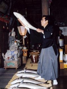 """A unique folk cultural event not found anywhere else in Japan. On the morning of New Year's Day, the """"reader"""" holds up yellowtail (buri) dedicated to the shrine and reads out the names of the districts that dedicated them. Then slices of yellowtail and rice cakes are distributed to local houses. Villagers eat them and pray for health in the coming year."""