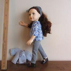 Pantalon cigarette gris  blouse froncée bleue et gilet gris pour poupée journey girls 45 cm