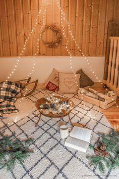 DIY déco : un faux feu de bois dans un brasero - C by Clemence Led A Pile, Bougie Led, Deco, Mood, Winter, Fire Pits, Led Garland, Light String, Small Candles