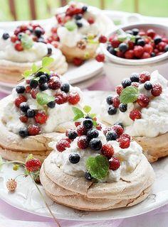 Pavlova Cake, Mini Pavlova, Macedonia, No Bake Cake, Sweet Tooth, Cheesecake, Deserts, Food And Drink, Sweets