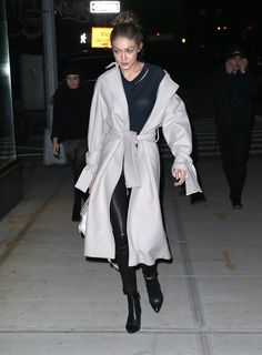 Cool 121 Top Looks from Gigi Hadid Style from www. Cool fashionetter Gigi hadid looks style Top wwwfashionetter 727261039812171397 Looks Gigi Hadid, Gigi Hadid Style, Bella Hadid Outfits, Catwalk Fashion, Fashion Trends, Cute Jackets, Models Off Duty, Looks Style, Celebrity Style