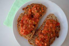 Tomatentapanade: - 3 grote of 5 kleinere smaakvolle tomaten (ik heb 5 Tasty Tom's gebruikt, mijn favo tomaten) - 1 flinke teen knoflook - 3 eetlepels extra vierge olijfolie - 1 klein handje verse basilicum (5 – 7 blaadjes) - een flinke snuf zwarte peper en zout - 4 sneetjes brood.