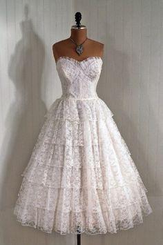 Modello da sposa vintage con balze in pizzo