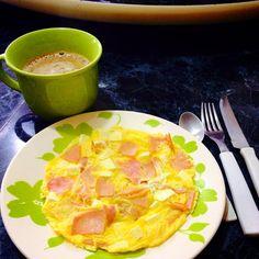 INGREDIENTES:  1 Ovo 2 Fatia de Peito de peru 1 Fatia de Ricota 0% gordura 1 Pitada de Sal    MODO DE PREPARO:   Corte o peito de peru e a fatia de ricota em quadradinhos. Coloque o peito de peru e a ricota cortada em um prato fundo e adicione o ovo. Misture tudo com uma pitada de sal. Coloque no micro-ondas por aproximadamente 2