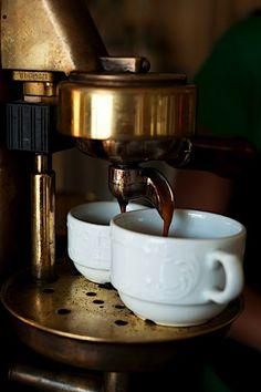 Un caffè, macchiato per favore.