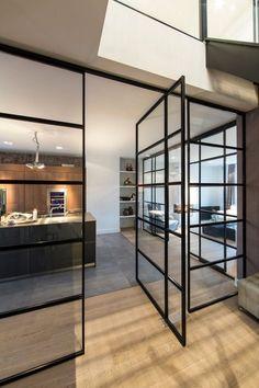 verriere-atelier-parquet-bois-clair-aménagement-cuisine-moderne-avec-ilot-centrale-meubles-en-bois-sans-poignées-éclairage-led