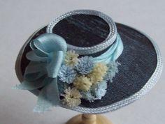 Dit is een mooie donkere grijze zijde 1/12e schaal dollshouse silk hoed.  de hoed is gemaakt van donkere grijze zijde en afgewerkt met prachtige bloemen en zijden linten  Een prachtige hoed voor uw dollshouse instelling.  Neem contact met mij met vragen Deze hoed is handgemaakt door mij net zoals alle mijn items te koop.  LET OP: DIT IS GEEN SPEELGOED EN DE KAPSTOK IS NIET OPGENOMEN IN DE VERKOOP. Neem even de tijd om te kijken naar mijn andere objecten