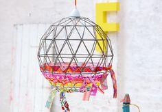 Gemusterte Stoffbänder machen aus einem schlichten Drahtgestell einen leuchtenden Lampenschirm.