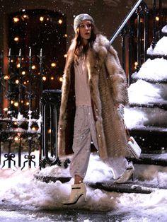 Pyjama-Style2007: Carrie kombiniert zur Pyjamahose Schmuck und Pelzmantel. Gab es 2013 dann auch bei Louis Vuitton auf dem Runway.