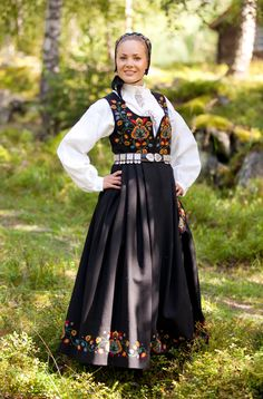 National Costume (bunad) from Valdres in Oppland County Swedish Fashion, Folk Fashion, Ethnic Fashion, Norwegian Clothing, Beautiful Norway, Medieval Dress, Historical Clothing, Historical Dress, Folk Costume