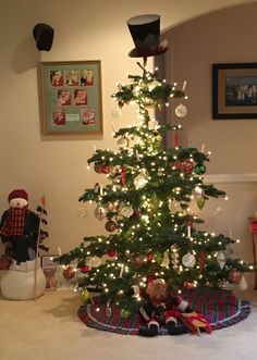 2 Trees Same Color Scheme Similar Embellishments Difference Cluttered Vs Uncluttered Ugly Pretty Christmas Pinterest