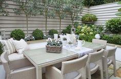 kleiner Garten mit Essbereich im Shabby Stil gestaltet