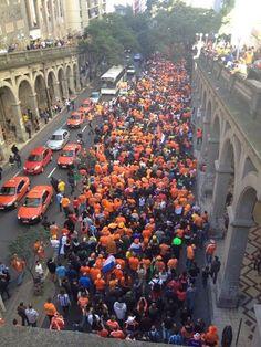 Oranjelegioen op weg naar Stadion, Porto Alegre, Brazilië, WK Voetbal 2014.