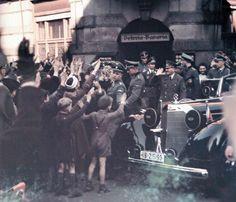 """Hitler beim Verlassen der Gaststätte """"Osteria Bavaria"""" in München - Schwabing mit jubelnder Bevölkerung - o.J. (vermutlich Anfang 40er Jahre)"""