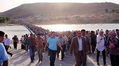 """SIRIA (L., 19 Ago 2013)       """"Éxodo masivo de sirios hacia el Kurdistán iraquí"""". .. Según Acnur, más de 17.000 personas han cruzado el Tigris en los últimos días para ponerse a salvo de los combates entre los yihadistas y los milicianos kurdos del PYD .."""