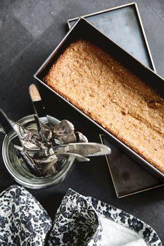 En opskrift på rigtigt rugbrød, bagt af stenkværnet rugmel, fyldt med fibre og kerner. Opskriften giver to forrygende gode rugbrød, bagt på surdej.