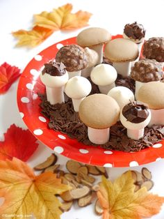 How to make sweet meringue toadstools, perfect for a woodland birthday cake or Fall wedding cake! | BirdsParty.fr @birdsparty
