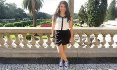 Blusa com gola preta + saia de alfaiataria + tênis preto e branco adidas