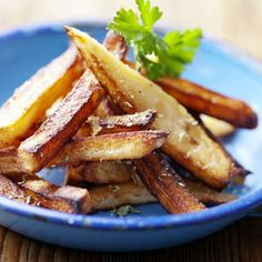 Potatoes, easy and elegant. And Vegan! Load up on all of your favorite vegan potato recipes and dishes. Fried Potatoes, Roasted Potatoes, Spicy Vegetarian Recipes, Vegan Recipes, Cooking Tips, Cooking Recipes, Homemade French Fries, Celerie Rave, Recipes