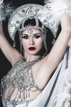 See how to apply exteme eyeliner and longlasting red lipstick in this video from Italian burlesque dancer Dolly Lamour. Enjoy one of our fave makeup looks. Burlesque Show, Vintage Burlesque, Burlesque Costumes, Burlesque Makeup, Burlesque Outfit, Showgirl Costume, Circus Costume, Pin Up, Cabaret