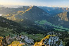 Ein Geheimtipp ist der Wendelstein längst nicht mehr. Nicht nur für Wanderer, auch für Meteorologen und Sternengucker stellt der Berg ein attraktives Ziel dar. Nichts desto trotz sind die Wanderungen auf den Aussichstberg im Mangfallgebirge abwechslungsreich und schön zu begehen. 7 Wanderungen auf den Wendelstein 1. Von Osterhofen auf den Wendelstein Schwierigkeit: LeichtDauer:5½ Std.Höhendifferenz: 1045 Hm