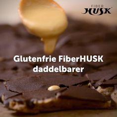 De lækreste hjemmelavede daddelbarer med FiberHUSK ®, der smager fantastisk til kaffen eller en god kop te. Med masser af fibre fra dadler, et tilskud af FiberHUSK ® og mørk chokolade er de ikke bare dejligt mættende, de er også en super velsmagende måde at få sine fibre på.
