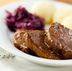Rinderbraten mit Kartoffelknödeln und Rotkohl Ganz klassisch und doch geschmacklich Klasse! Eine 'kleine' Einstimmung auf die Weihnachtsschlemmerei. http://einfach-schnell-gesund-kochen.de/rinderbraten-mit-kartoffelknoedeln-und-rotkohl/